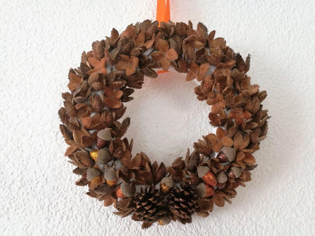 527e9a6f7 V dnešním příspěvku najdete jednoduchý návod na výrobu podzimního věnce z  přírodních materiálů. Nemyslela jsem, že letos začnu s vyráběním podzimní  výzdoby ...